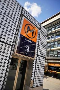 Tenue d'ete pour la la ligne B : Adhesivage de l'edicule d'ascenseur de la station Carmes.