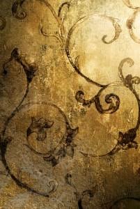 Volutes peintes sur mur recouvert de feuilles d'or patinées