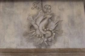 Motif en grisaille peint sur manteau de cheminée chaux room