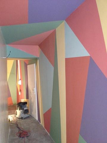 Couloir d'entrée coloré et formes géométriques