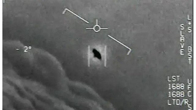 Esta fotografia oficial mostra um navio que se move a velocidades incríveis e foi visto por dois pilotos da Marinha dos Estados Unidos sobre o Atlântico