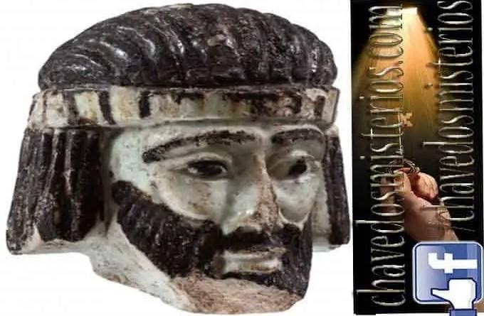 A cabeça mostra um homem de barba, com cabelos negros puxados para trás em grossas tranças que cobrem as orelhas.