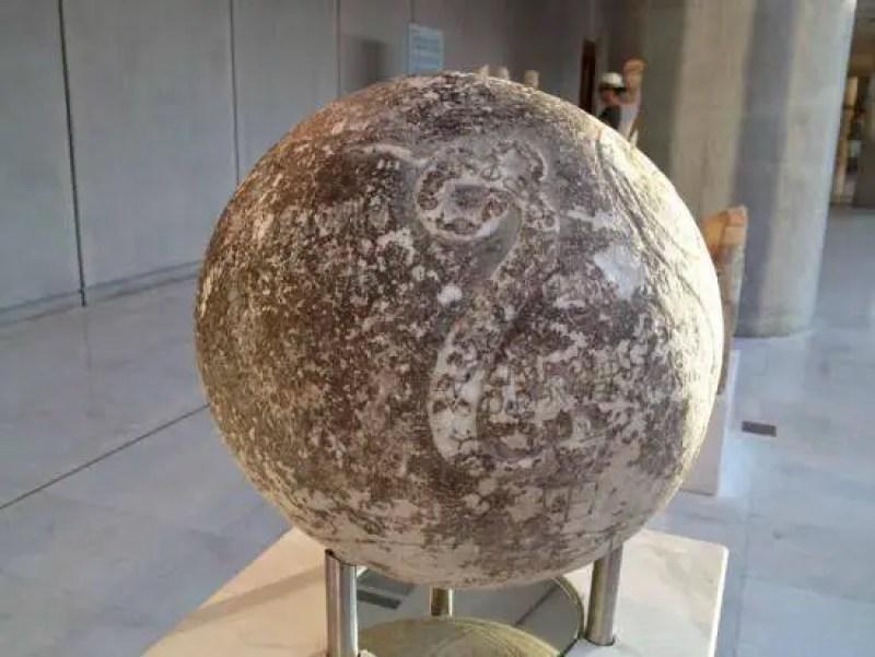 Desenho de serpente enrolada nesta face menos conservada da esfera