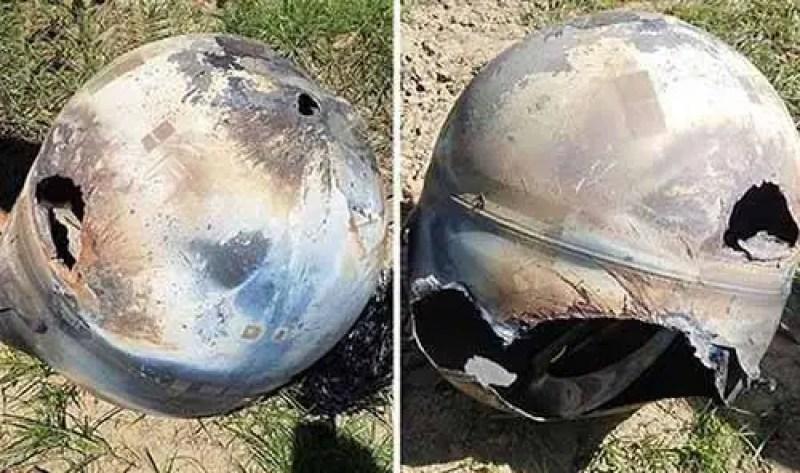 Fotografia do objeto metálico esférico caído em uma exploração agrícola em Califórnia, EUA