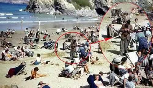 Será um viajante do tempo com um celular em uma foto dos anos 40
