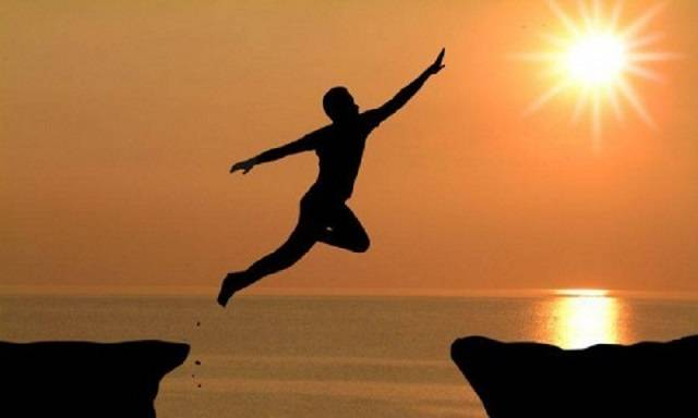 Muitos pensam que existem vários tipos de fé, onde podemos classifica-las em 2 categorias: Incondicional e Forçada e destas só uma é realmente funcional e verdadeira! A fé é uma força que cada de nós temos e como eu citei tem vários tipos de fé: Fé em Deus, fé que amanhã será melhor, fé que algo de bom acontecerá, etc... E qual destas fés é a verdadeira? Aí depende de você: Todas são verdadeiras, se você acredita com amor daí sua fé poderá fazer o impossível virar possível! Podemos chamar de fé incondicional que é aquela fé gostosa de ter, livre, brotando do amor e esperança. Por exemplo vamos analisar a fé nas religiões: Independe do que você acredita, vamos supor que você vai naquele cantinho que você gosta, e faz uma oração ou fala com seu Deus e isso te enche de esperança, amor, paz, te traz um sentimento, maravilhoso...