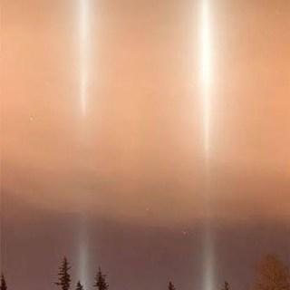 O pilar de luz parece uma coluna fina que se estende na vertical acima da fonte de luz