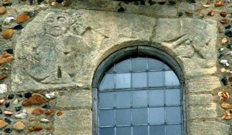 Uma Sheela pode ser vista ao lado de uma figura masculina nua em Whittlesford