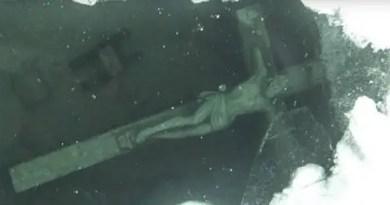 20 pés abaixo no Lago Michigan há uma misteriosa estátua de 12 metros de altura de Jesus Cristo