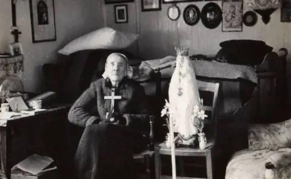 Marie-Julie Jahenny nasceu em 1850 Breton estigmatizados na cidade de Blain, na Bretanha, França, e tinha o dom da profecia, que se manifesta principalmente em suas visões sobre o fim dos tempos e a vinda do Anticristo.