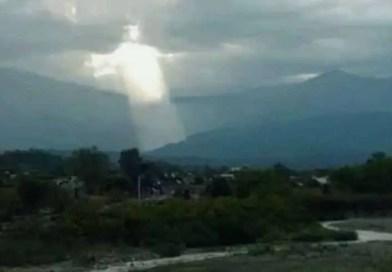 figura de jesus argentina - O aparecimento de uma figura de Jesus no céu causa pânico na Argentina