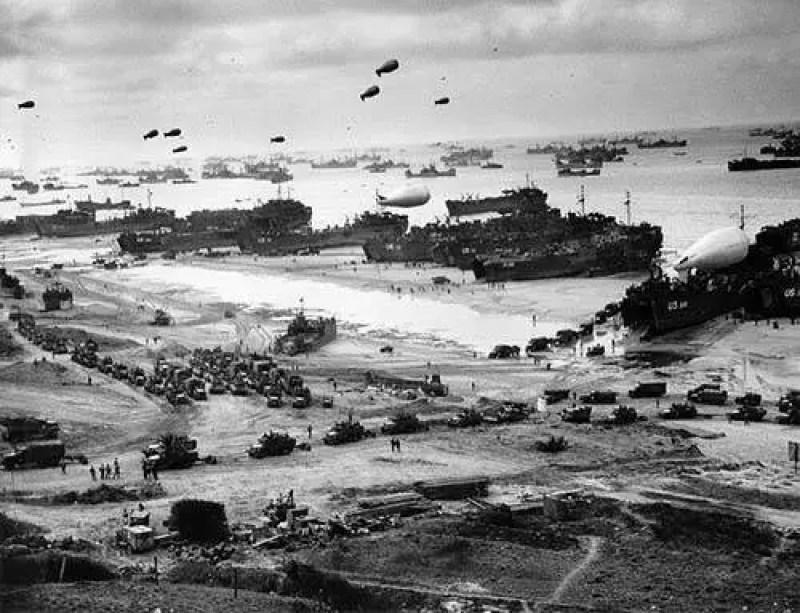 Desembarque de suprimentos na praia de Omaha depois de controlar a praia