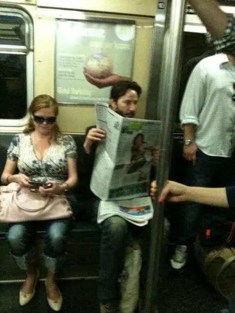 Esse cara lendo jornal tranquilamente num metrô se chama Keanu Reeves