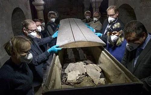 Uma equipe de pesquisadores examinou o caixão do bispo do século XVII enterrado com um segredo