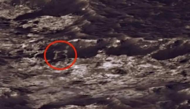 letra 'B' em uma foto de Marte enviada pelo rover da NASA Curiosity