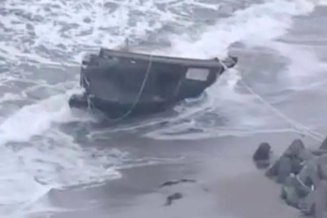 restos de pelo menos cinco pessoas em um pequeno navio de madeira