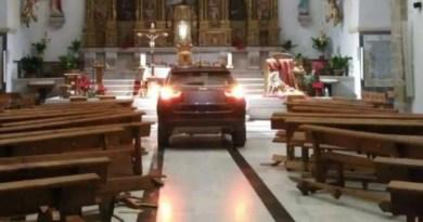 """Homem """"possuído"""" lança seu carro contra altar de uma igreja"""