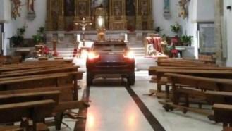 homem lança seu carro contra altar de uma igreja