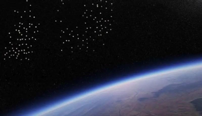 A Estação Espacial Internacional filma uma frota de centenas de OVNIs se aproximando da Terra