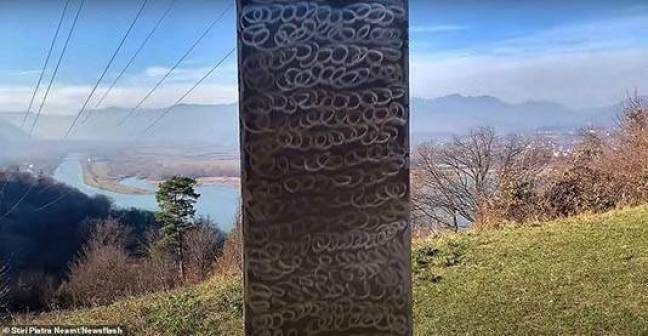 A estrutura metálica foi encontrada a poucos metros do monumento histórico mais antigo da cidade -- a conhecida fortaleza dácia de Petrodava, segundo informa o tabloide inglês Mirror.