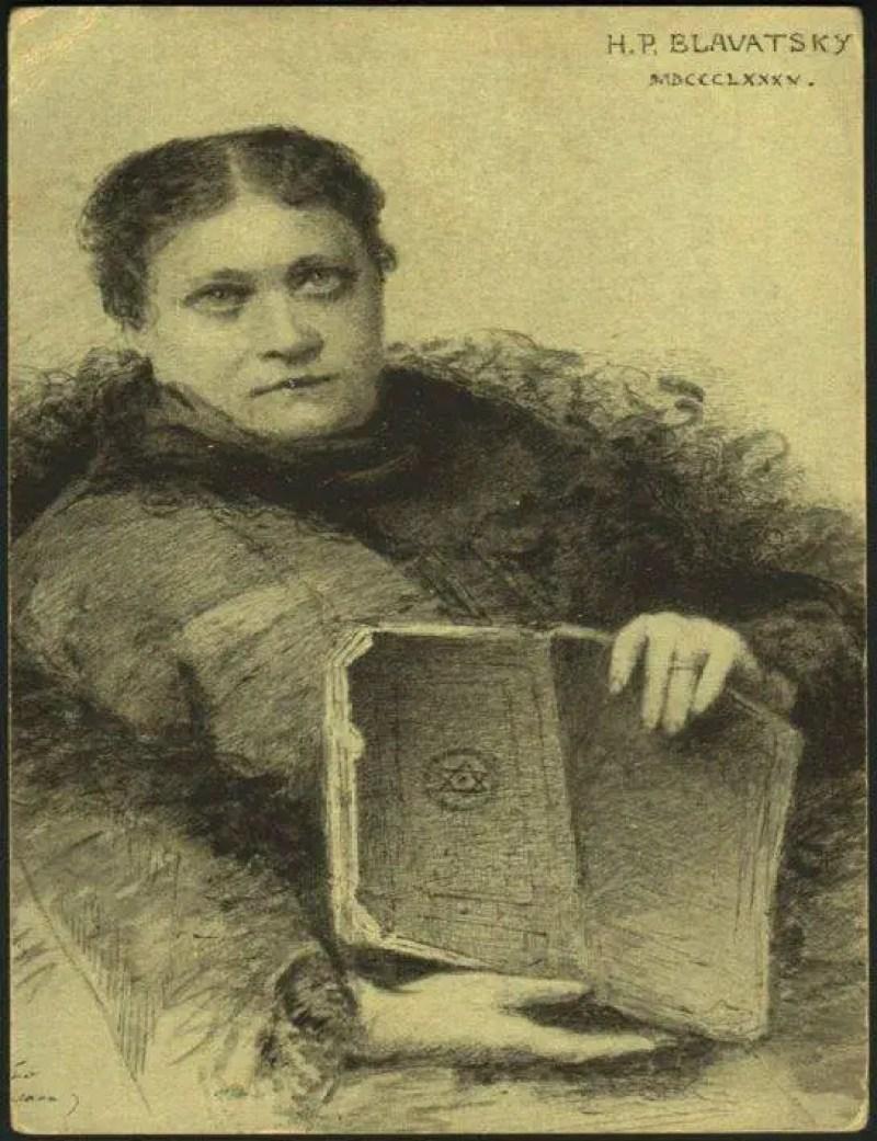 Helena Petrovna Blavatsky, posando ao lado de um manuscrito raro