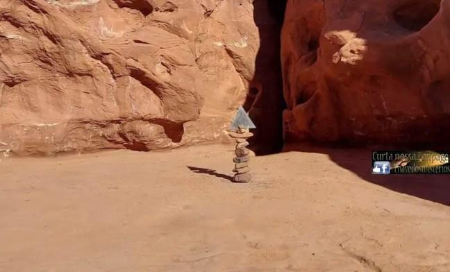 O monólito de Utah desapareceu, deixando apenas uma pilha de pedras e um fragmento que antes fazia parte do objeto deixado em seu lugar