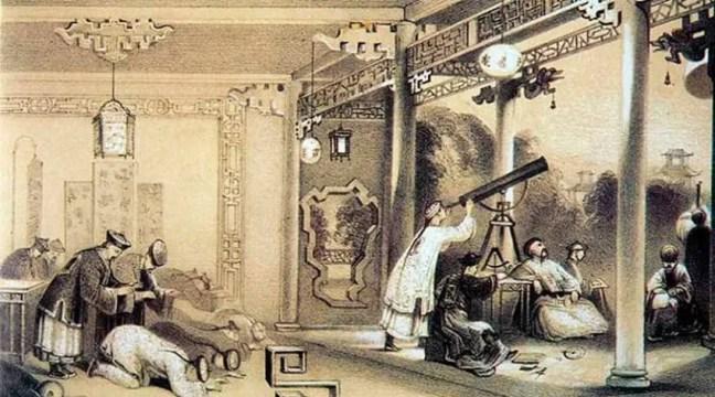 Observação do eclipse na China antiga. Os astrônomos observam calmamente o evento enquanto os servos, aterrorizados, se prostram no chão para aplacar o mau presságio.