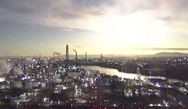 Um objeto misterioso cai sobre o Japão e transforma a noite em dia