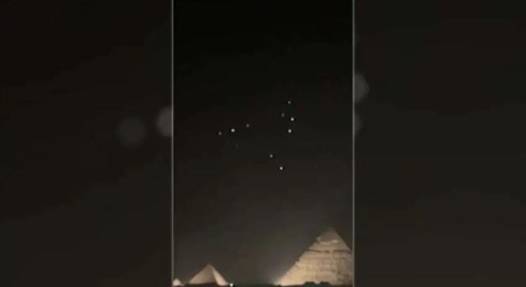 OVNIs aparecem sobre as pirâmides de Gizé.