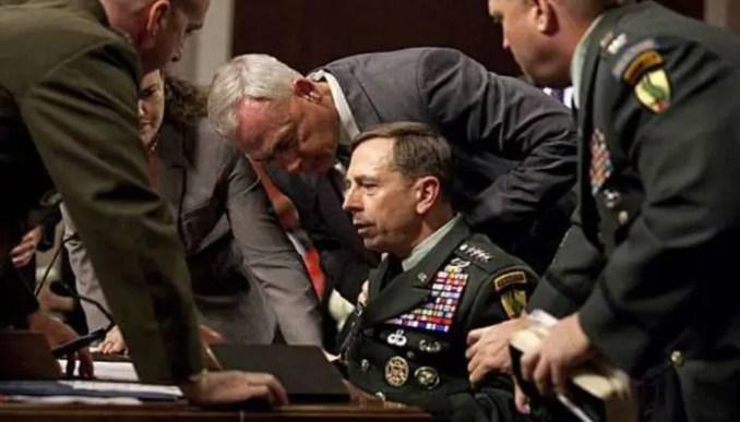 Além da expressão de medo do senador, a equipe de segurança cobriu imediatamente o General.
