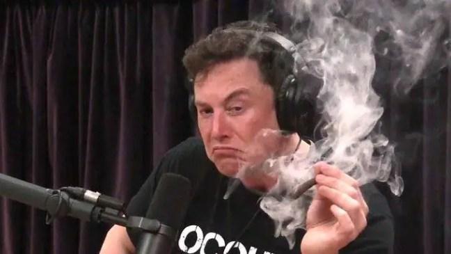 Elon Musk fumando no podcast...