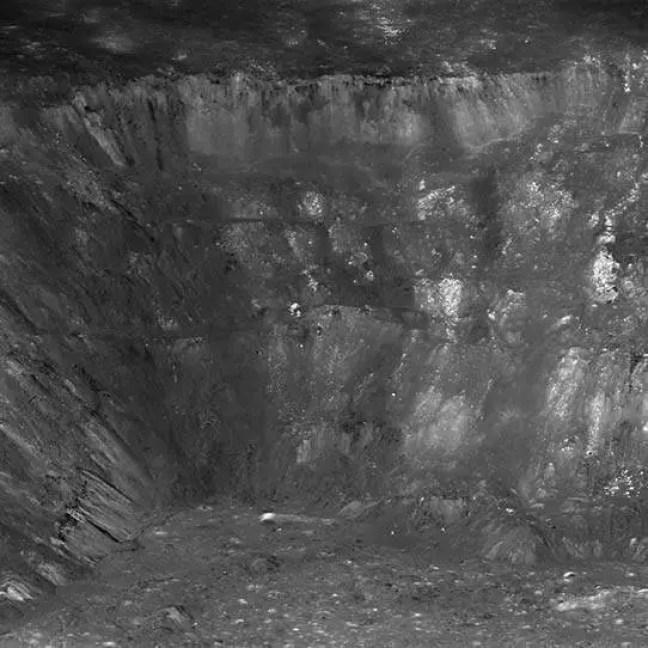 Parede oeste da cratera Aristarchus vista obliquamente pelos NACs do LROC de uma altitude de apenas 26 km. A cena tem cerca de 12 km de largura na base