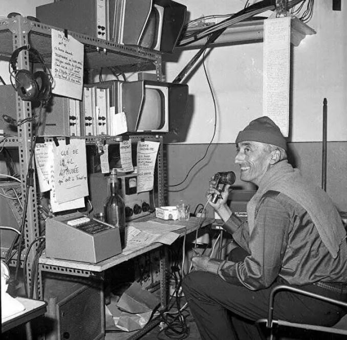 Jacques Yves Cousteau usando o radio.