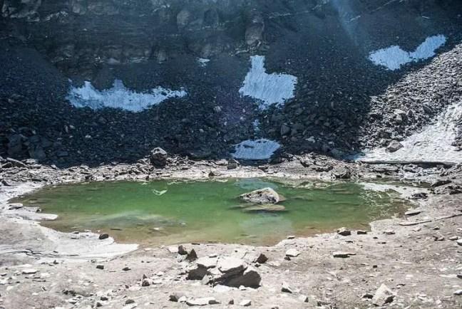 Lago Roopkund quando as temperaturas sobem. Conhecido localmente como Lago do Mistério.