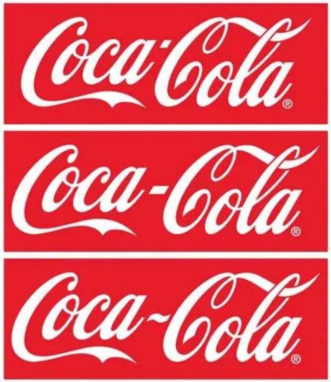 """A evolução do logotipo da Coca-Cola continua. Em meados da década de 1920, a palavra """"DRINK"""" também apareceria acima do logotipo em muitas placas, cartazes e anúncios."""