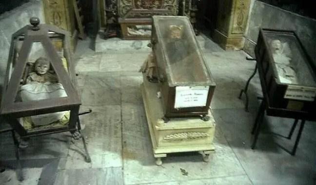 O mistério da criança morta há quase 100 anos pisca em seu caixão, permanece um mistério