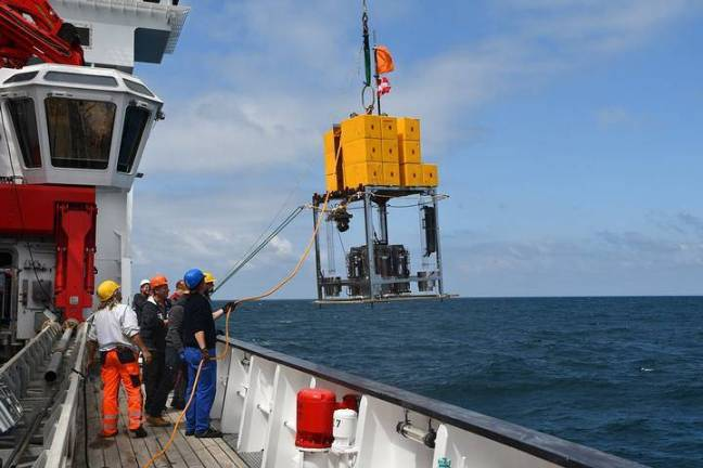 Pesquisadores a bordo do navio de pesquisa alemão Sonne, na costa do Chile, prontos para coletar amostras de 8 quilômetros de profundidade no sistema da Fossa do Atacama.