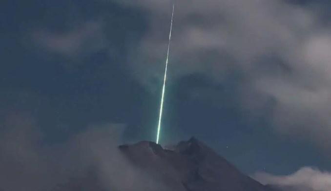 Poderia ser algum tipo de sonda extraterrestre com a missão de ativar o vulcão?
