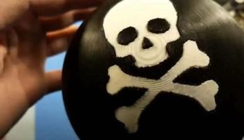 A Tragic Fate Ball(Trágica Bola do Destino), traz o desenho de uma caveira e ossos cruzados em sua parte superior.