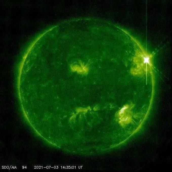 Erupções solares (ou solar flares, em inglês) são explosões repentinas na superfície do Sol causadas por mudanças no seu campo magnético.