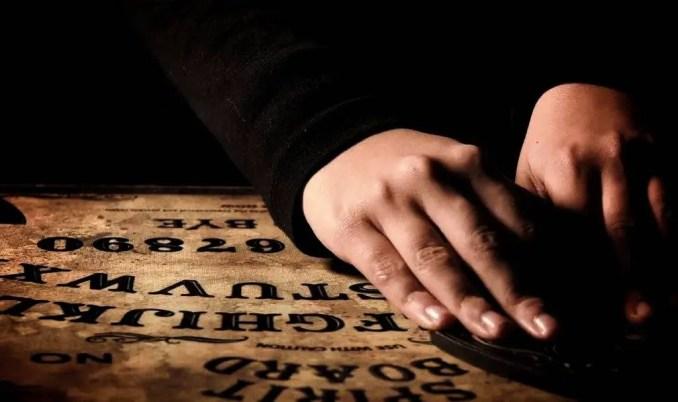 Os tabuleiros Ouija tem uma superfície plana contendo letras, números e alguns símbolos. É um dos métodos mais famosos de uma possível comunicação com pessoas que já morreram.