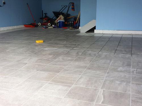 Brechando el piso de porcelanato en el garaje