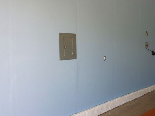Pintando las paredes del garaje color azul