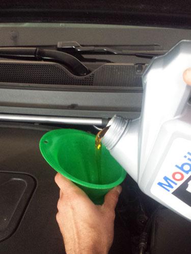 Rellenando el motor con aceite nuevo