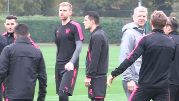 Keep Your Hand? Alexis Sanchez Avoid Shaking Wenger In Training 7