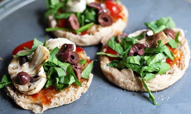 English muffin pizza recipe: The flavor of pizza with much less work. Repin to save!