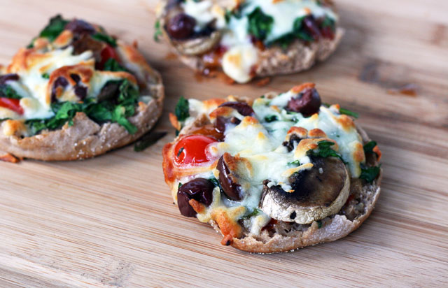 English muffin pizzas recipe. All the flavor, much less work. Click through for recipe!