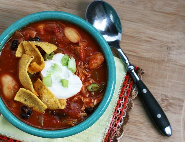 Got leftover turkey? Make this turkey chili. Repin to save!