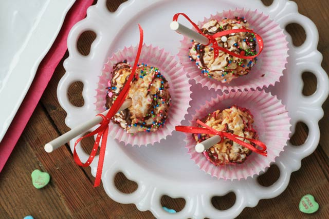 Cereal pops recipe, great for Valentine's Day! Repin to save.