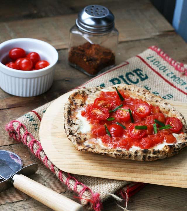 Bruschetta-style pita pizzas. Garlic, fresh mozzarella, and tomatoes. Click through for recipe!